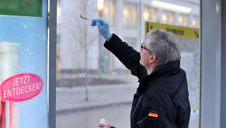 Spurensicherung an einer Berliner Haltestelle: Geringe Mengen Flusssäure gefunden