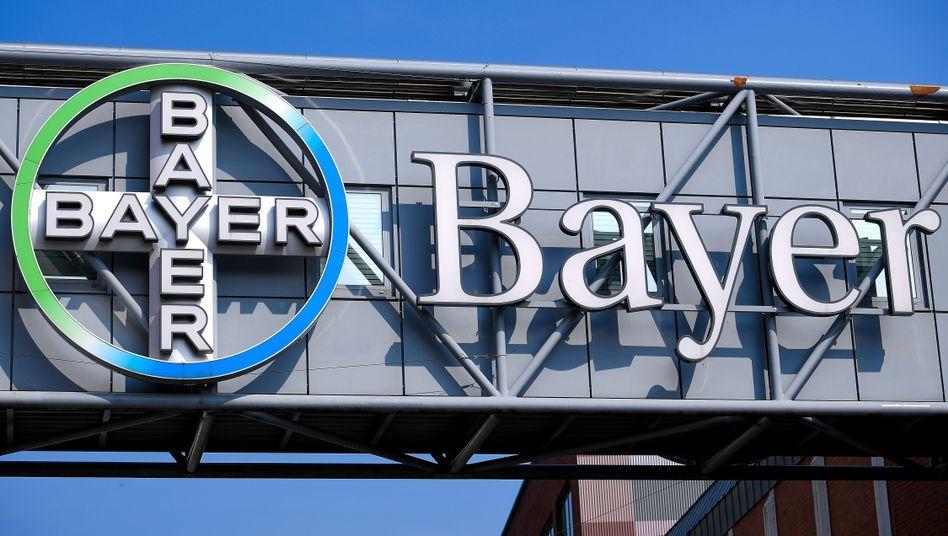Bayer-Logo an Firmengebäude
