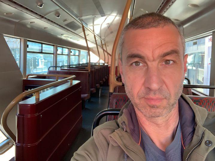 SPIEGEL-Korrespondent Schindler fährt in einem leeren Doppeldeckerbus