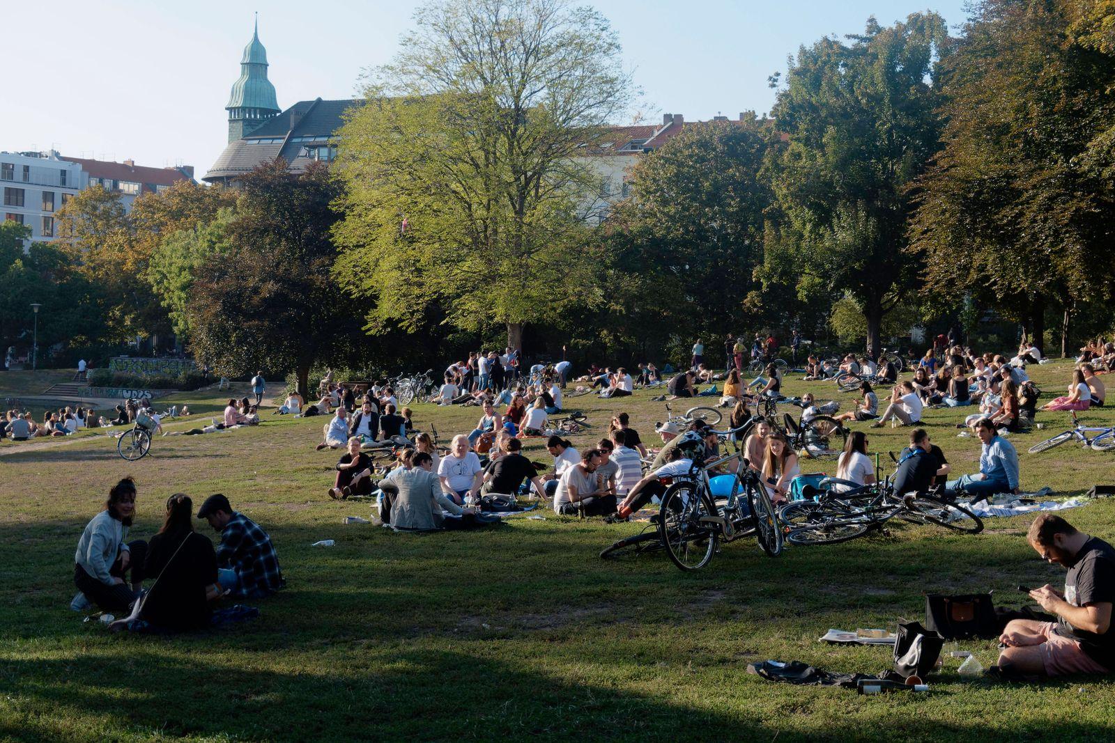 Weinbergspark , Junge Leute auf Wiese, Berlin-Mitte, Weinbergspark , Junge Leute auf Wiese, Berlin-Mitte, *** Weinbergsp
