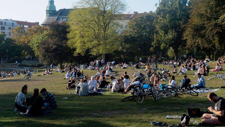 Menschen im Weinbergspark in Berlin-Mitte