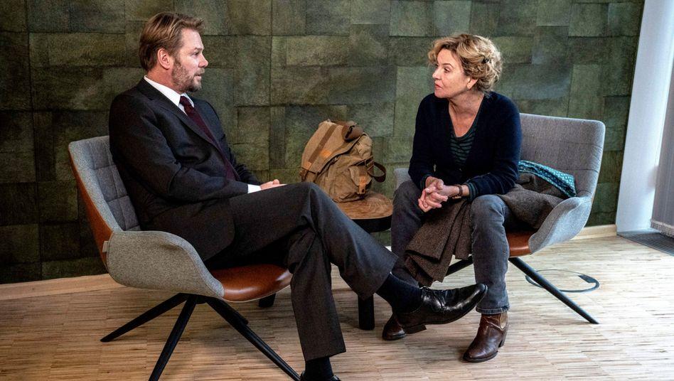 Kommissarin Janneke (Margarita Broich) im Gespräch mit Raymond Fisher (Kai Scheve): Agent oder ganz normaler Familienvater?