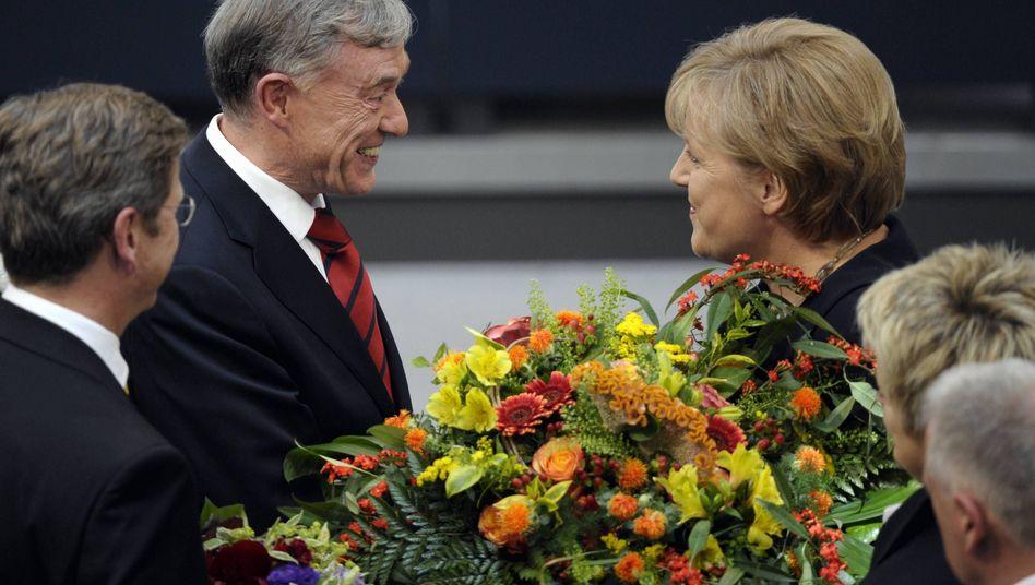 Blumen von Kanzlerin Merkel: Bundespräsident Köhler bei seiner Wahl im Mai 2009