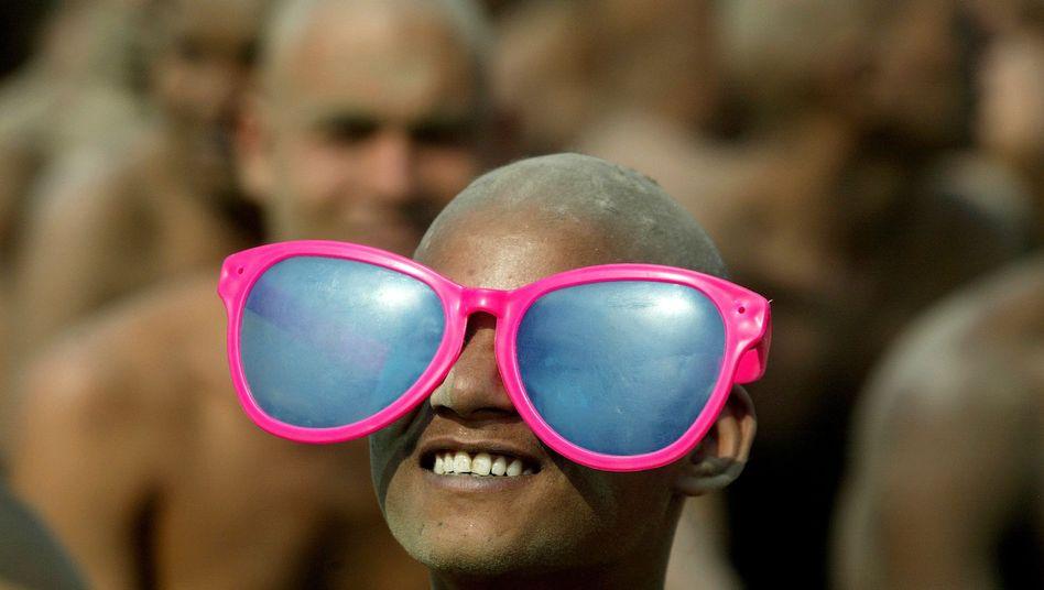 Inder mit Riesen-Sonnenbrille: Die rosa Brille ist eher Frauensache, wie Forscher glauben