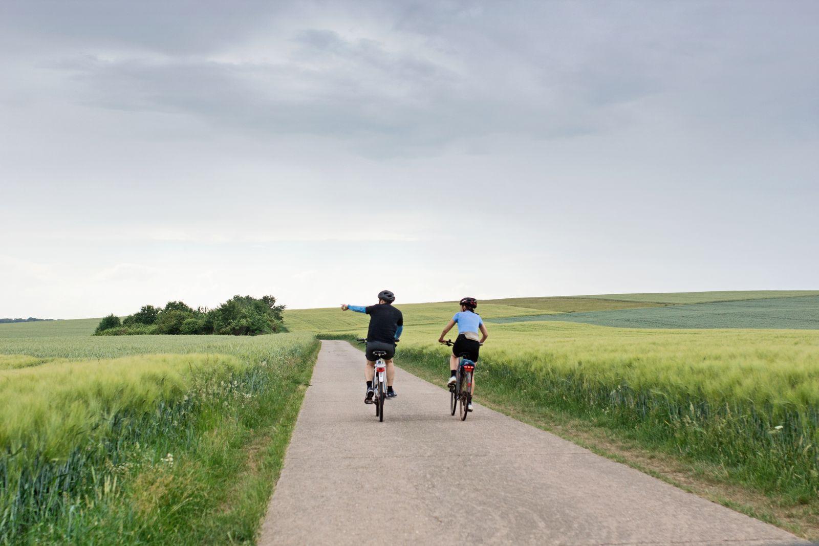 EINMALIGE VERWENDUNG SPIEGEL Plus 30/2017 S.32 Sahra Wagenknecht auf dem Fahrrad nahe Merzig, Saarland
