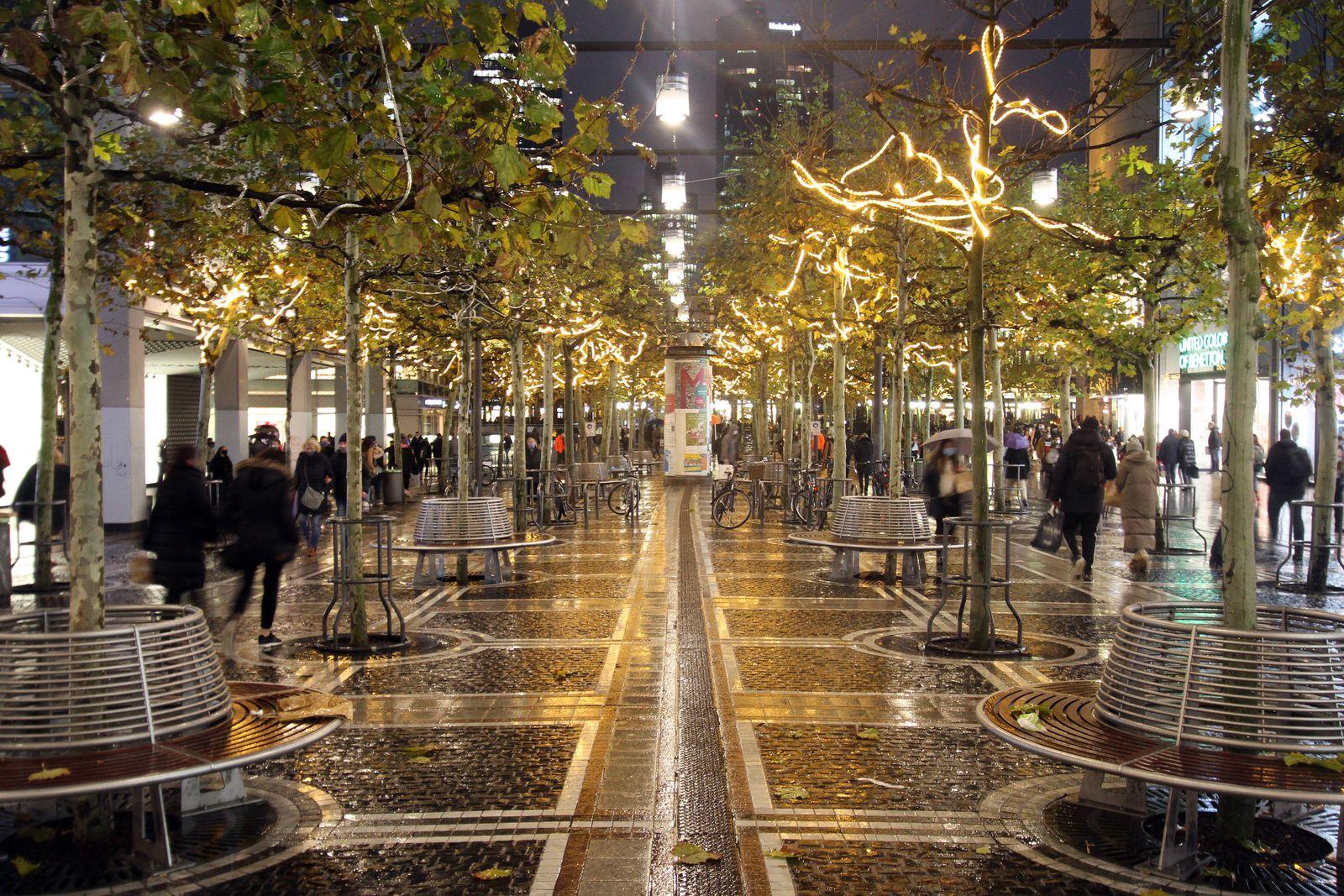 Am Vorabend des Lockdown s war die Einkaufsstraße und Fußgängerzone Zeil in der Innenstadt von Frankfurt zwar gut besuc