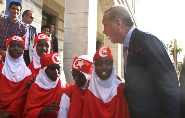 Recep Tayyip Erdogan spricht mit somalischen Kindern bei einem Besuch in der Hauptstadt (Archiv)