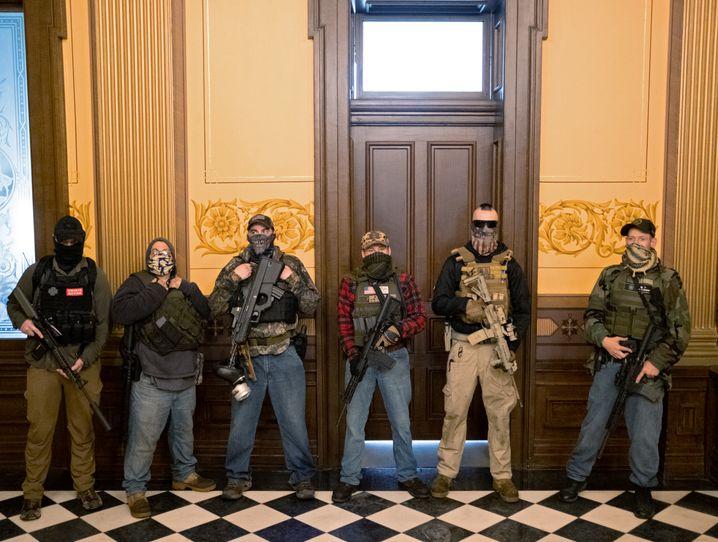 Vermummte, schwer bewaffnete Männer vor dem Gouverneursbüro von Gretchen Whitmer