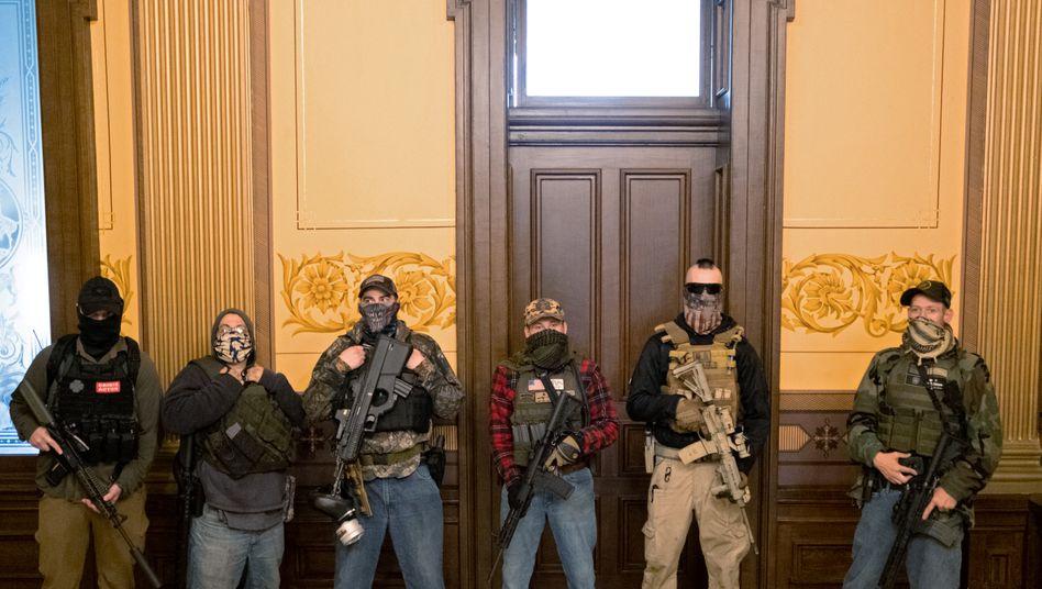 Bewaffnete vor dem Büro von Gouverneurin Gretchen Whitmer