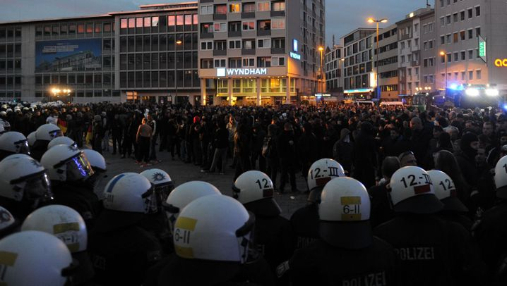 Hooligan-Demo in der Innenstadt: Ausschreitungen in Köln