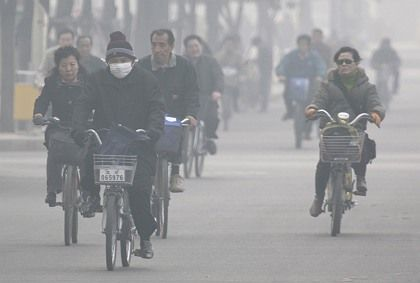 """Cyclists in polluted Beijing: """"Together with the Chinese, we want to launch climate protection projects for which we would provide part of the funding and that would enable Germany to claim emissions reduction credits."""""""