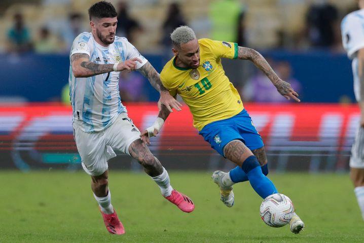 Rodrigo de Paul im Zweikampf mit Brasiliens Superstar Neymar