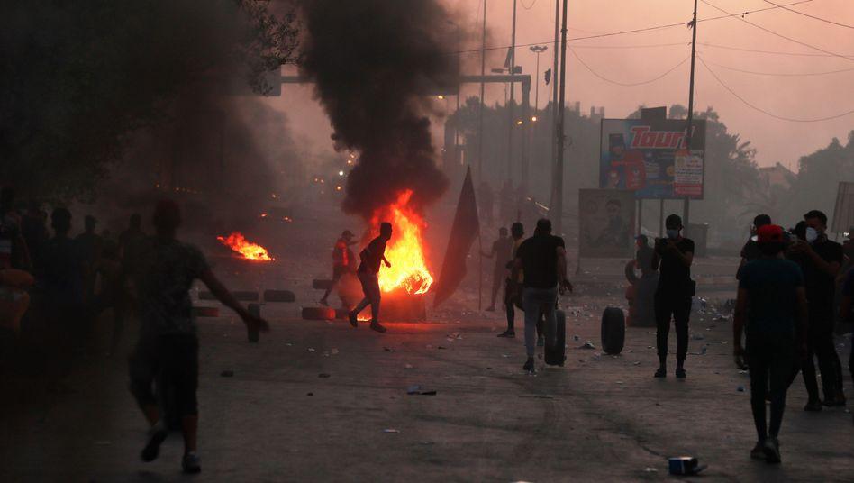 Demonstranten blockieren eine Straße in Bagdad