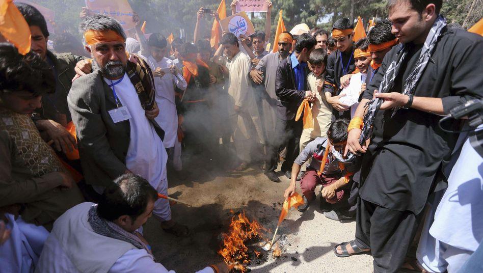 Protest gegen Wahlbetrug: Anhänger von Abdullah Abdullah verbrennen ihre Wahlausweise