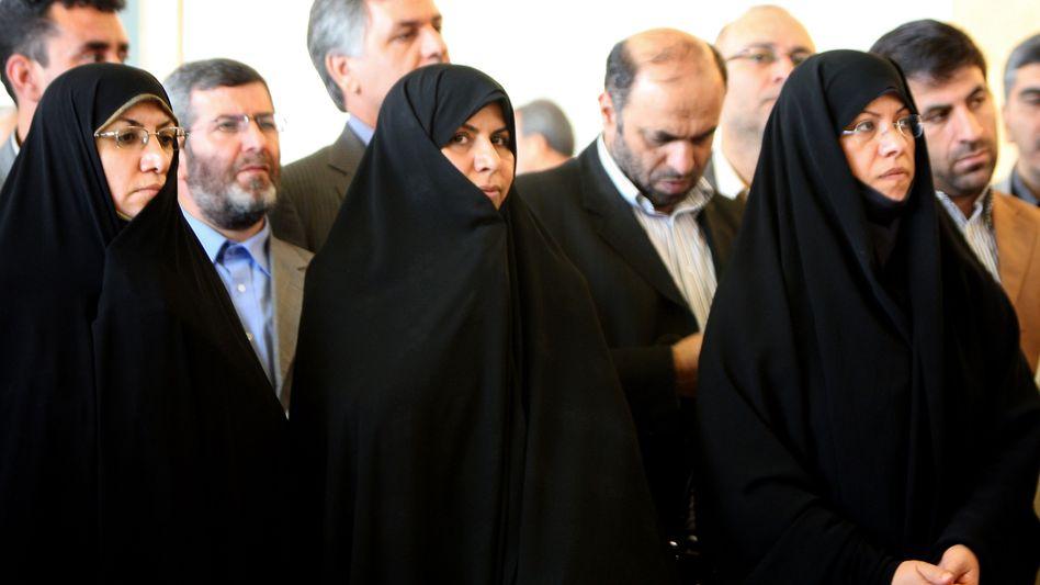 Erste Frau in einer Regierung der islamischen Republik Iran: Gesundheitsministerin Marsieh Wahid Dastdscherdi (Mitte)