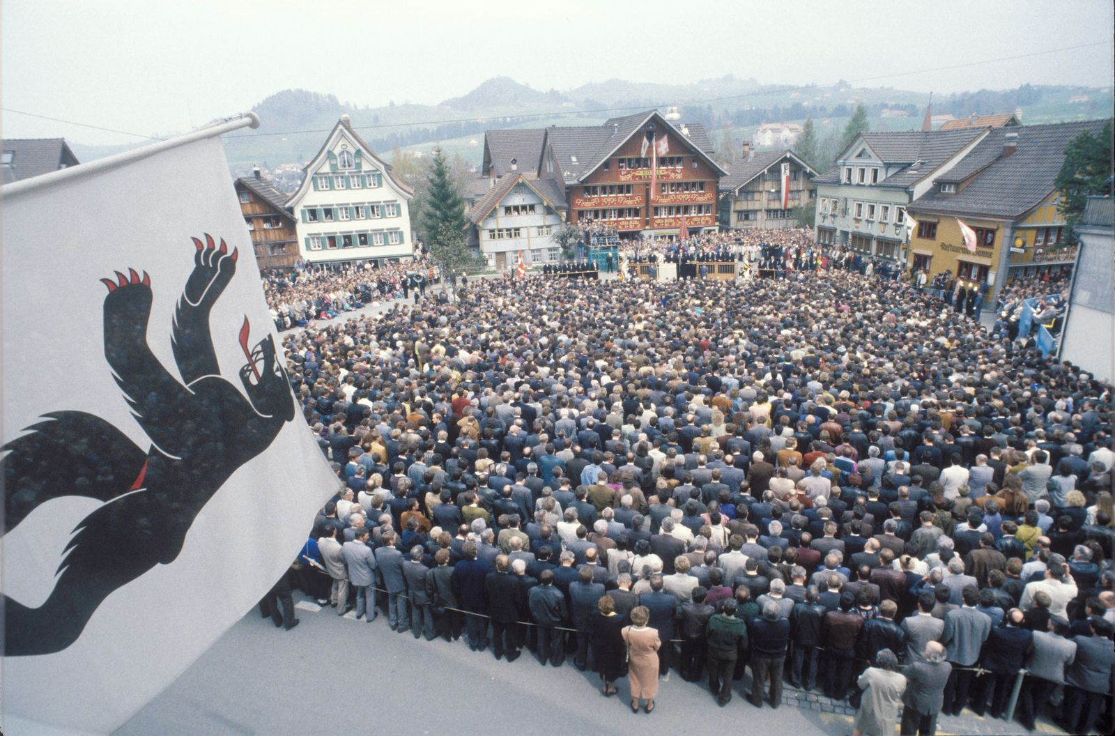 Erste Appenzeller Landsgemeinde mit Frauenstimmrecht 1991