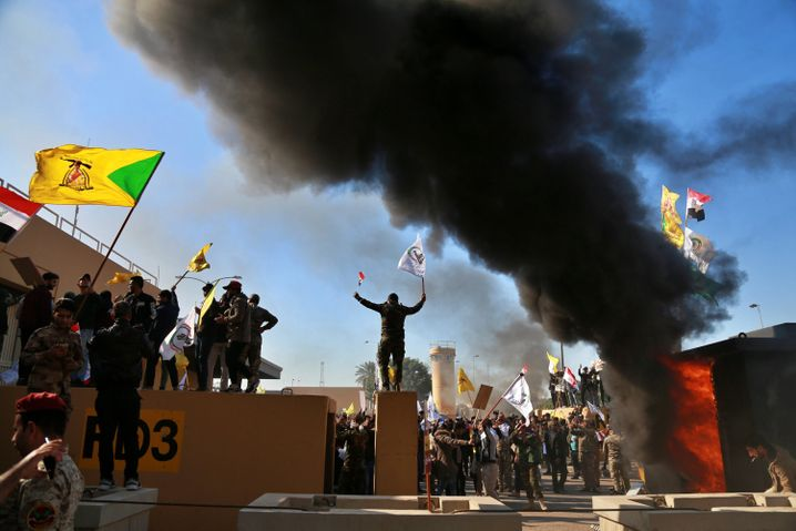 Demonstranten haben auf dem Gelände der US-Botschaft ein Feuer gelegt
