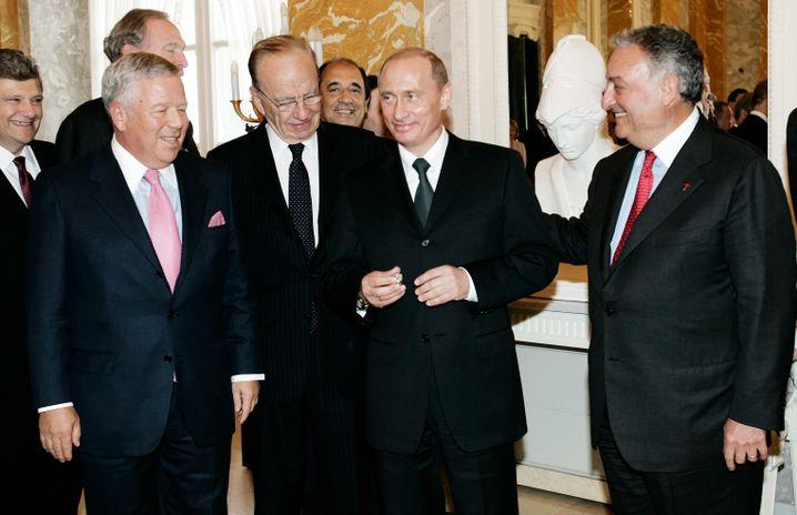 Die Herren kennen sich: Medienmogul Murdoch (2.v.l.) und Russlands Präsident Putin (2005 in St. Petersburg)