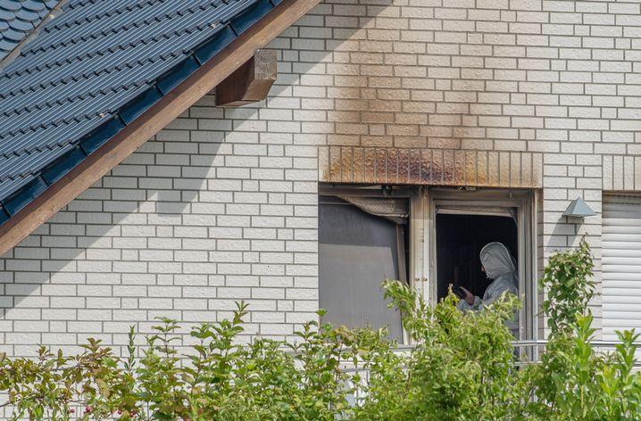 Der Tatort im August 2018: Ein Mitarbeiter der Spurensicherung arbeitet in dem Einfamilienhaus, in dem die beiden Kinder starben