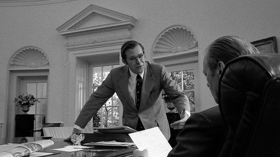 Donald Rumsfeld 1974 im Oval Office, damals noch als Stabschef, später ging er dort unter zwei US-Präsidenten als Verteidigungsminister ein und aus