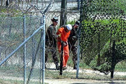 Guantanamo Bay: Ein Häftling wird in Camp X-Ray abgeführt