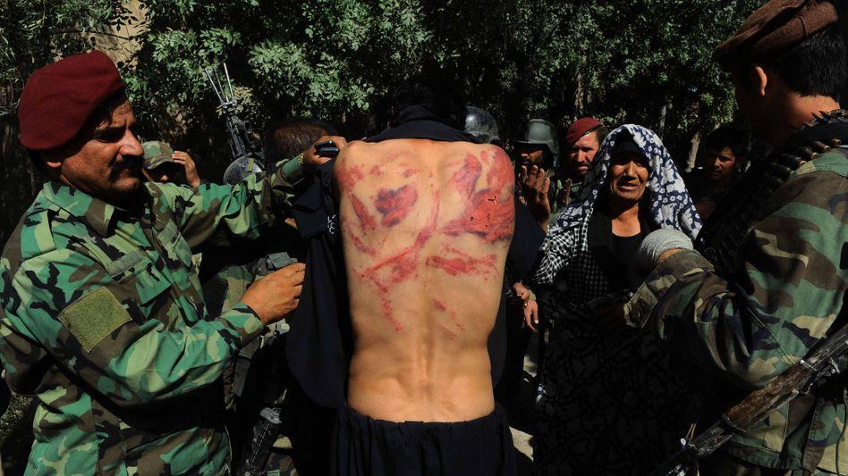 Ein Soldat, der von Taliban-Kämpfern bestraft wurde