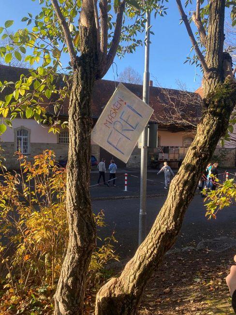 Anti-Masken-Schild vor der Waldorfschule Markgräflerland