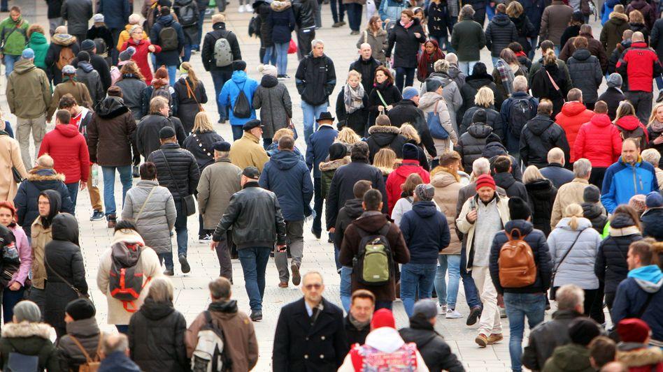 Passanten in Fußgängerzone: Ungleichheit wird als Risiko für gesellschaftlichen Zusammenhalt empfunden