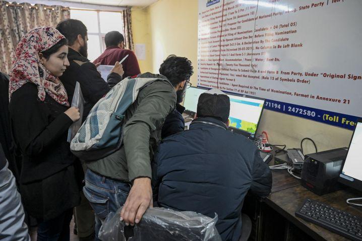 Studenten können in Kaschmir Behördencomputer nutzen, um online zu gehen: Ihre Privatgeräte bleiben offline