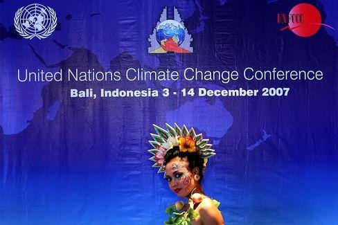 Tänzerin bei Kundgebung gegen Abholzung auf Bali: Delegationen streiten über die Tagesordnung