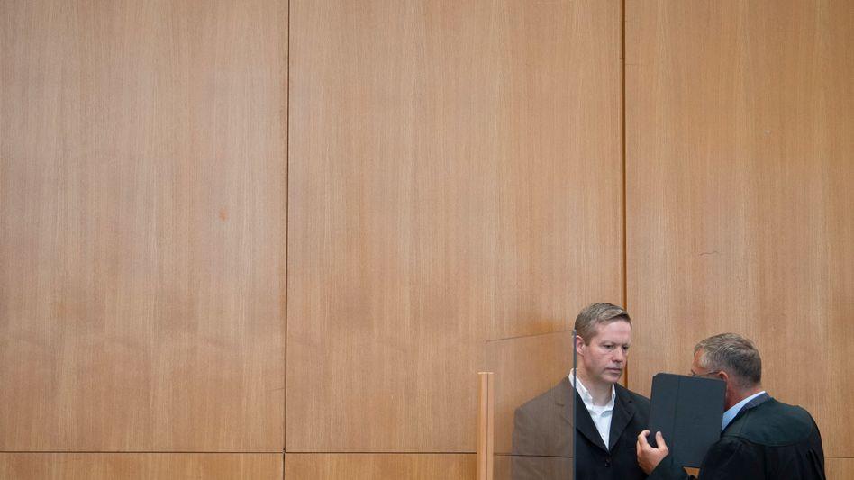 Der mutmaßliche Haupttäter Stephan Ernst mit seinem Verteidiger Frank Hannig