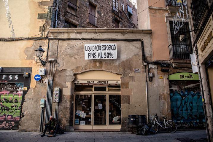 Geschlossenes Geschäft in der Altstadt von Barcelona: Nach EU-Schätzungen ging das Bruttoinlandsprodukt in Spanien im vergangenen Jahr um etwa 12 Prozent zurück