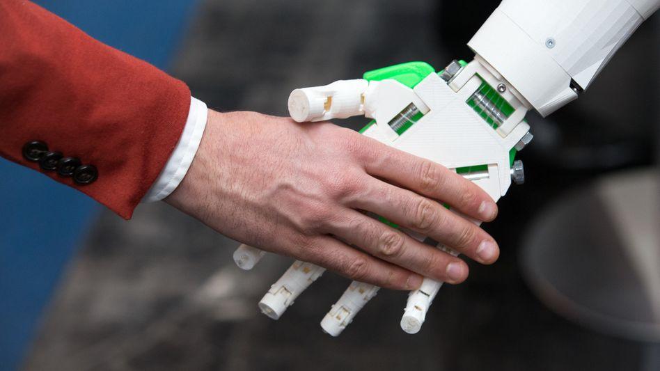 Roboter- und Menschenhand auf der IT-Messe CeBIT (Archiv)