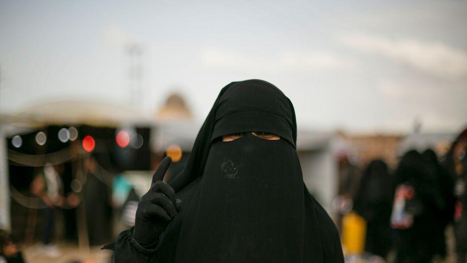 Eine Frau im kurdisch kontrollierten al-Hol-Lager in Syrien (Archivbild)