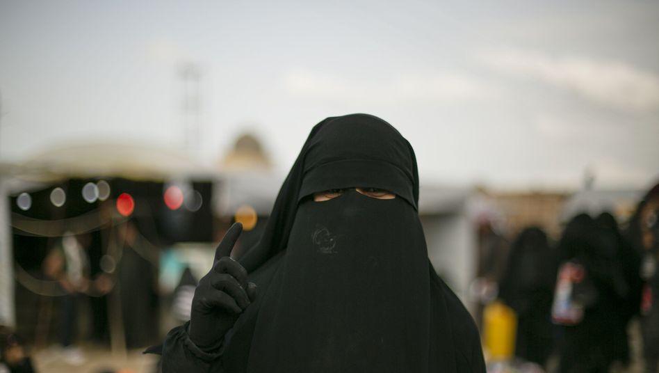 Syrien: Eine Frau in einem Camp für Familienmitglieder von IS-Kämpfern