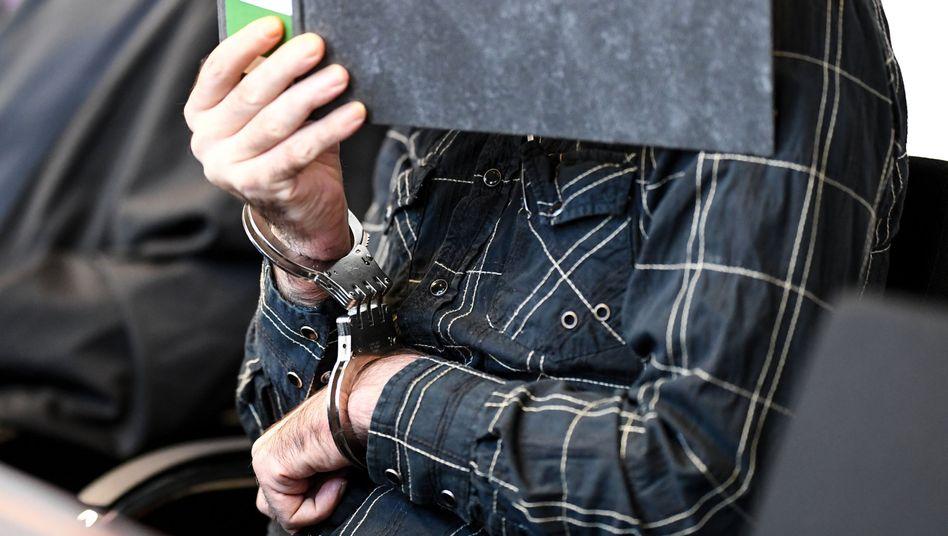 Der wegen Kindesmissbrauchs angeklagte Jürgen W. aus der Schweiz im Landgericht
