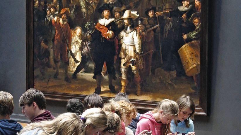 Jugendliche im Amsterdamer Rijksmuseum: Täglich vier Stunden chatten