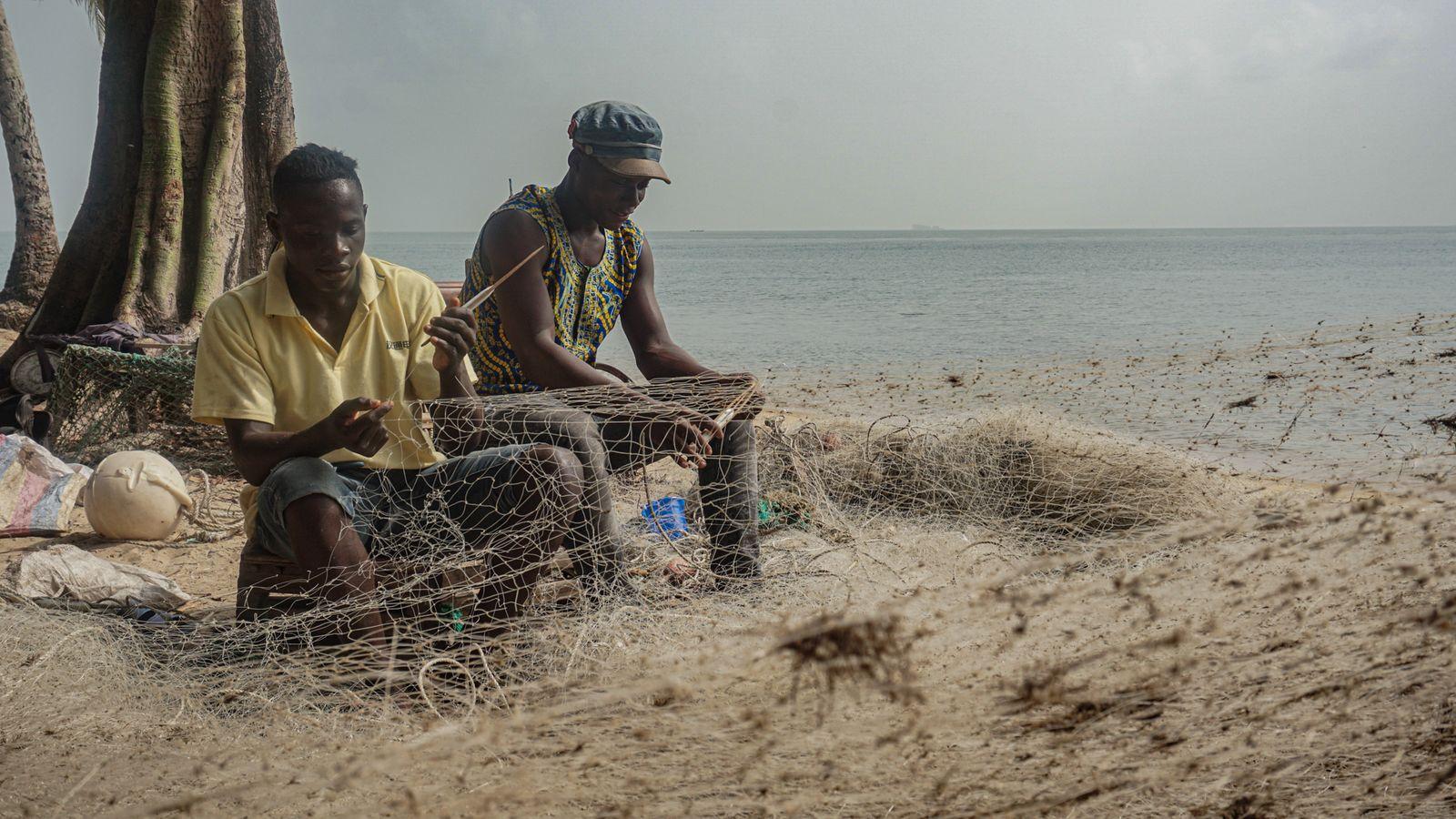 Zwei Fischer nähen ihre Netze - Alicia Prager