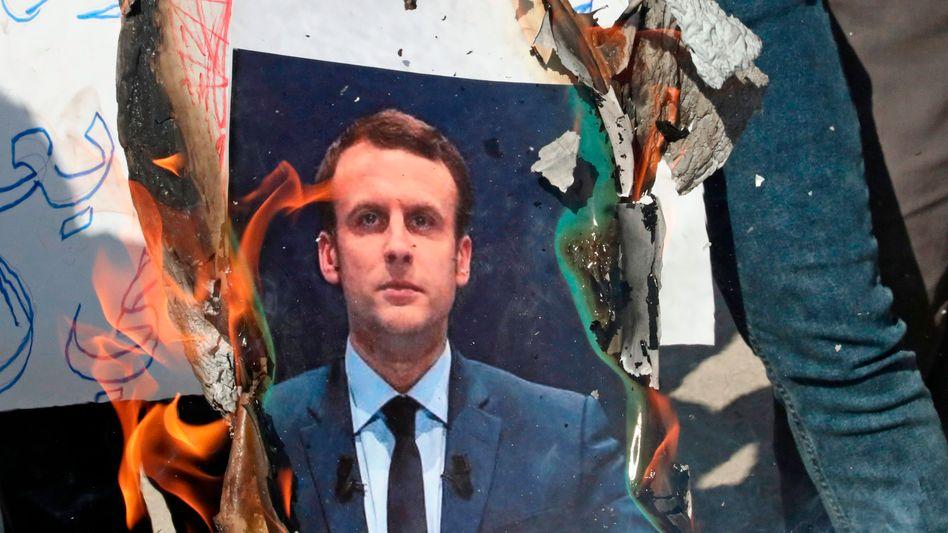 Brennendes Macron-Plakat bei einer Demonstration im palästinensischen Hebron