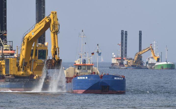 Bagger arbeiten im Greifswalder Bodden am Unterwassergraben der neuen Ostseepipeline Nord Stream 2 (Mai 2018)