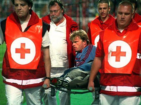 Dieses Bild zeigt Oliver Kahn glücklicherweise nicht auf einer Bahre, sondern auf einer Trage