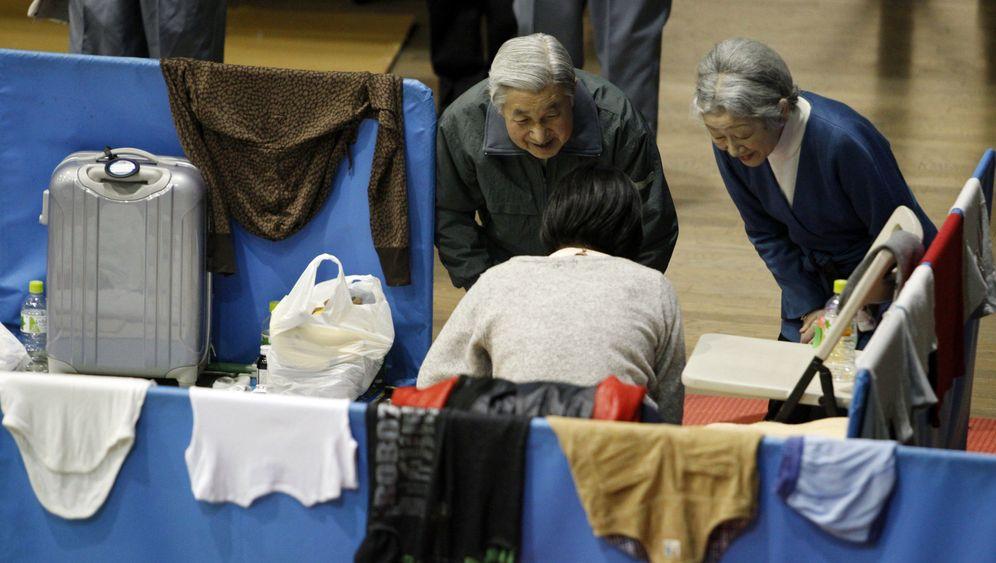 Nach der Katastrophe: Japanischer Kaiser besucht Flüchtlinge
