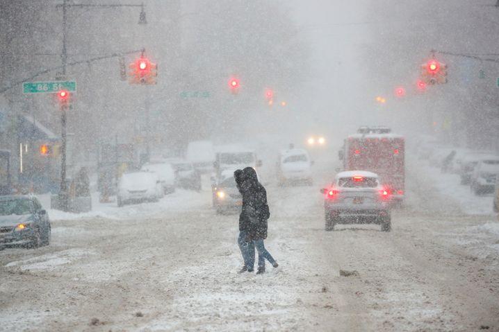 Zentimeterhoch lag der Schnee auch in den Straßen im New Yorker Stadtteil Brooklyn