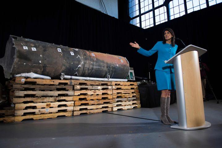 Nikki Haley vor Raketenteilen