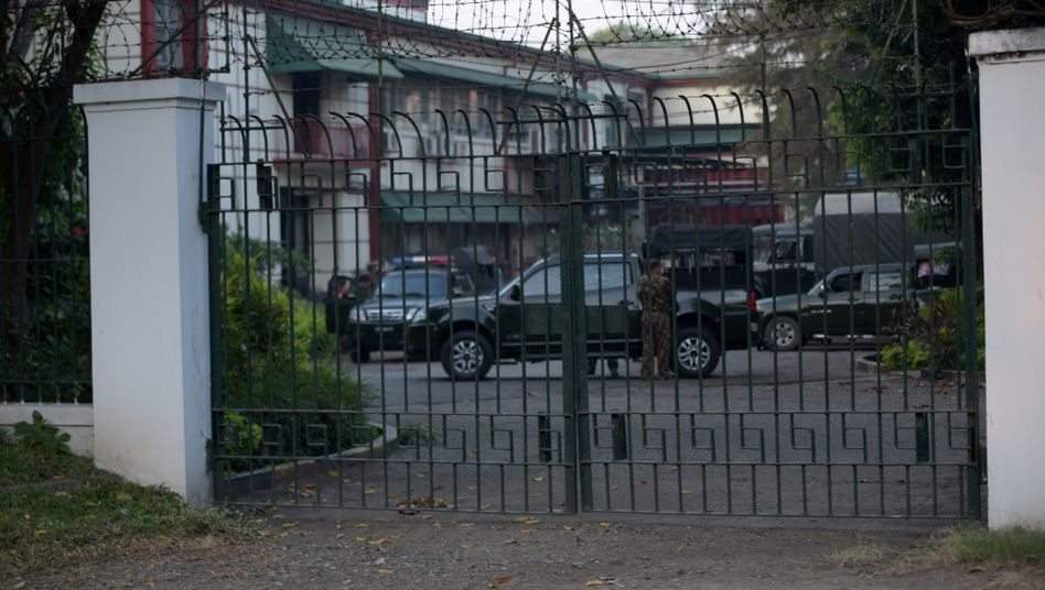 Militärfahrzeuge vor der Stadthalle von Rangun: Die Armee verhängte einen einjährigen Ausnahmezustand und kündigte nach Ablauf dieser Zeit eine Neuwahl an