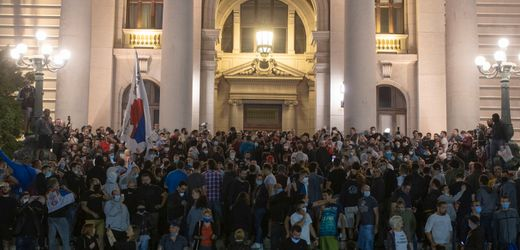 Corona in Serbien: Randalierer wollten Parlament in Belgrad stürmen