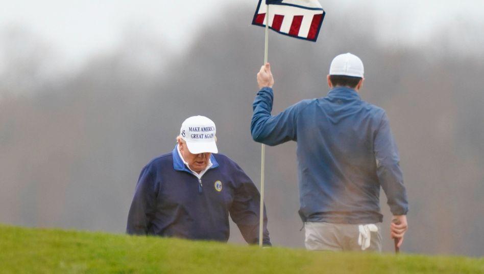 Donald Trump (l.) beim Golfen (am 22. November): Immer mehr Kritik von den eigenen Leuten