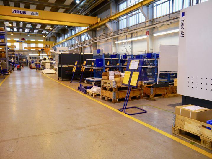 Montagehalle: Hier sind sonst dutzendweise Maschinen im Bau - solche wie der weiße Kasten rechts. Derzeit nutzt Heller die Flächen als Lager