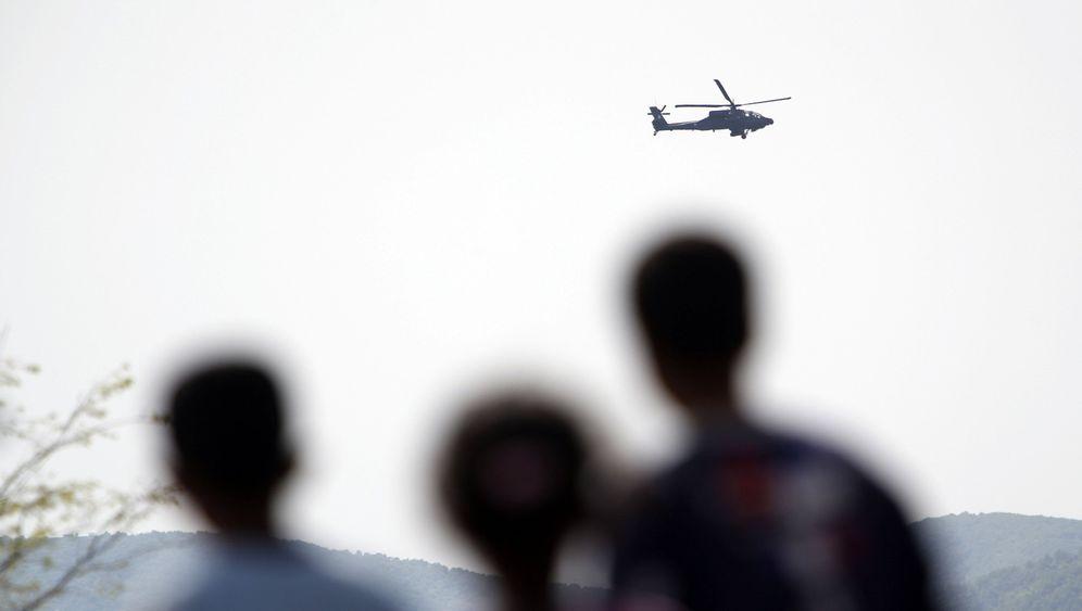 Griechisches Manöver: Kampfhubschrauber über Idomeni