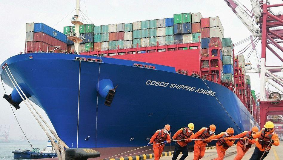 """Containerschiff im chinesischen Qingdao: """"Die Frachtkosten schießen jetzt hoch"""""""